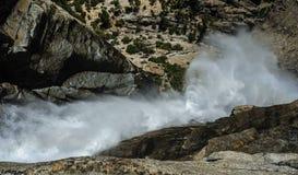 Las cataratas de Yosemite superiores: Derecho desde arriba Fotografía de archivo