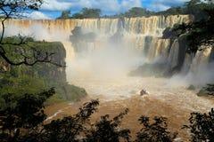Las cataratas del Iguazú con el barco del jet, la Argentina Fotografía de archivo libre de regalías
