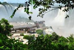 Las cataratas del Iguazú en el Brasil con los turistas Imagen de archivo libre de regalías