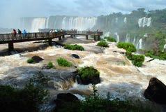 Las cataratas del Iguazú en el Brasil con los turistas Imagenes de archivo