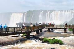 Las cataratas del Iguazú en el Brasil con los turistas Fotografía de archivo libre de regalías