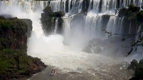 Las cataratas del Iguazú, en la frontera del Brasil y de la Argentina metrajes