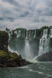 Las cataratas del Iguazú en un día nublado Foto de archivo