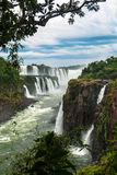 Las cataratas del Iguazú en un día nublado Foto de archivo libre de regalías