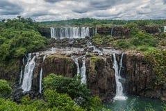 Las cataratas del Iguazú en un día nublado Imágenes de archivo libres de regalías