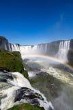 Las cataratas del Iguazú hermosas con un arco iris lleno el Brasil Imagenes de archivo
