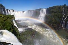 Las cataratas del Iguazú hermosas con un arco iris lleno el Brasil Imagen de archivo