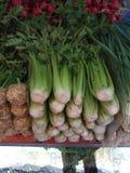 Las cebollas verdes, en el mercado están listas para la venta y d fotos de archivo libres de regalías