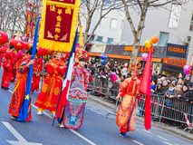 Las celebraciones chinas del Año Nuevo desfilan en París imagenes de archivo
