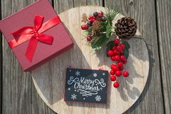 Las celebraciones de la Navidad traen alegría en su alma Decoraciones que rodean sus amados Imagen de archivo