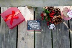 Las celebraciones de la Navidad traen alegría en su alma Decoraciones que rodean sus amados Fotografía de archivo libre de regalías