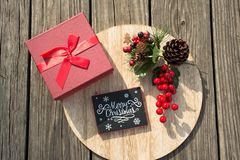Las celebraciones de la Navidad traen alegría en su alma Decoraciones que rodean sus amados Fotos de archivo libres de regalías
