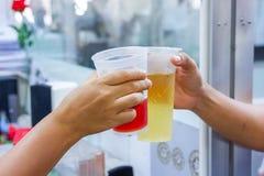 Las ceremonias sirven sostener un vidrio de la bebida el vidrio Imágenes de archivo libres de regalías
