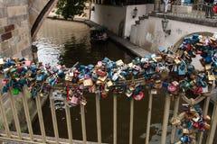 Las cerraduras del amor cuelgan debajo de Charles Bridge en Praga Imagen de archivo libre de regalías