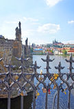 Las cerraduras del amor cuelgan en de Charles Bridge en Praga Fotografía de archivo libre de regalías