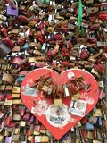 Las cerraduras del amor fullfilled atadas en el puente hohenzollern Fotos de archivo