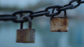 Las cerraduras en la cadena almacen de video