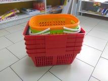 Las cestas de compras están en el piso en la tienda imágenes de archivo libres de regalías