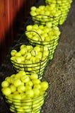 Las cestas de pelotas de golf en un golf colocan Imagen de archivo libre de regalías