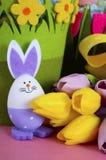Las cestas felices de la caza del huevo de Pascua con el conejito eggs Fotografía de archivo