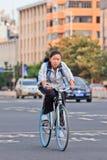 Las chicas jóvenes completan un ciclo detrás a casa después de la escuela, Kunming, China Fotografía de archivo libre de regalías