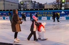 Las chicas jóvenes están haciendo sus pasos de los abetos en el hielo Foto de archivo libre de regalías