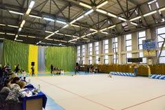 Las chicas jóvenes están participando en una competencia de la gimnasia Imagen de archivo