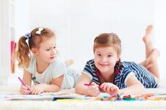 Las chicas jóvenes felices, niños que pintan con fieltro encierran juntas imagen de archivo libre de regalías