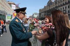 Las chicas jóvenes felicitan al veterano de la guerra Fotos de archivo