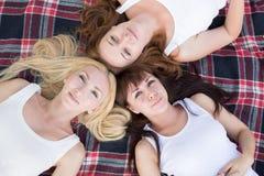 Las chicas jóvenes hermosas en el parque hacen selfi Imágenes de archivo libres de regalías
