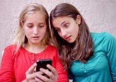 Las chicas jóvenes leyeron el mensaje asombrosamente Foto de archivo libre de regalías