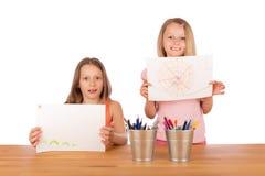 Las chicas jóvenes muestran sus dibujos imagen de archivo
