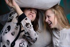 Las chicas jóvenes se divierten en el estudio Fotos de archivo libres de regalías