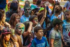 Las chicas jóvenes y los muchachos participan en festival del color de Holi Fotografía de archivo libre de regalías