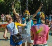Las chicas jóvenes y los muchachos participan en festival del color de Holi Fotos de archivo libres de regalías