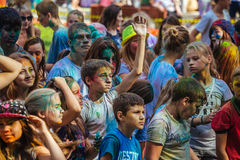 Las chicas jóvenes y los muchachos participan en festival del color de Holi Imagen de archivo