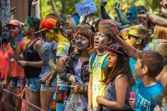 Las chicas jóvenes y los muchachos participan en festival del color de Holi Foto de archivo libre de regalías