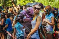 Las chicas jóvenes y los muchachos participan en festival del color de Holi Imagenes de archivo