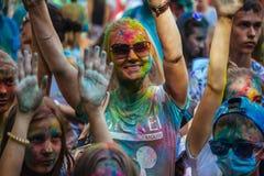 Las chicas jóvenes y los muchachos participan en festival del color de Holi Fotos de archivo