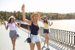 Las chicas j?venes se divierten en el parque en el verano imágenes de archivo libres de regalías