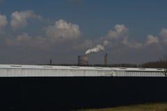 Las chimeneas múltiples de la central eléctrica del combustible fósil del carbón emiten los Di del carbono Imágenes de archivo libres de regalías