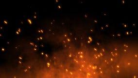 Las chispas candentes ardientes vuelan lejos del fuego grande en el cielo nocturno