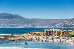 Las chozas brillantemente pintadas de la playa en San Jaime varan, Cape Town Foto de archivo libre de regalías