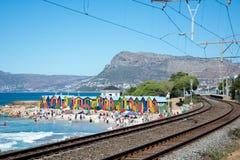Las chozas brillantemente pintadas de la playa en San Jaime varan, Cape Town Imágenes de archivo libres de regalías