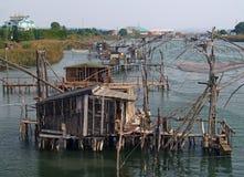 Las chozas viejas de los pescadores en el rive fotografía de archivo