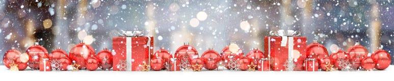 Las chucherías de la Navidad roja y blanca se alinearon la representación 3D Foto de archivo libre de regalías