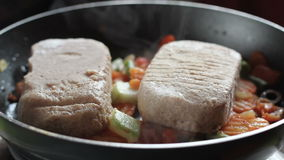 Las chuletas para las hamburguesas se fríen en un sartén en la cocina casera almacen de metraje de vídeo