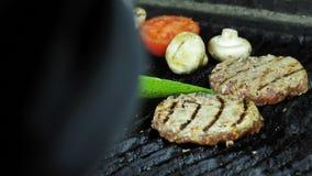 Las chuletas, prendedero de la carne asaron el ajo, pimienta de chile, rojo cocinado en el Bbq de la parrilla en la comida campes metrajes