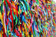 Las cintas coloridas delante de Senhor hacen la iglesia de Bonfim en Salvador, Bahía en el Brasil Imagen de archivo libre de regalías