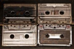 Las cintas de casete estéreas viejas con canciones de los discos de la música escuchan fotos de archivo libres de regalías